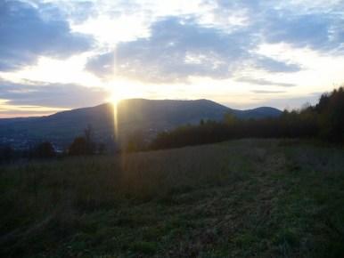 zachód słońca nad zembalową, widok ze szlaku z lubomira do lubnia