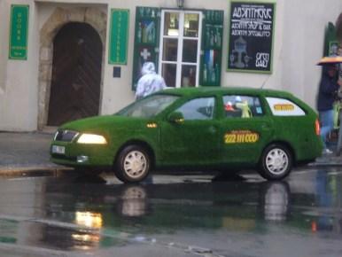 zielona taksówka na ulicach pragi w czechach