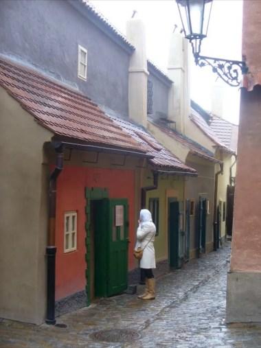 złota uliczka na hradczanach w czeskiej pradze podczas deszczowej pogody