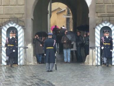 zmiana warty przed bramą wejściową na hradczany w czeskiej pradze