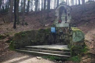 źródełko świętego świerada w tropiu w małopolsce, widoczne miejsce do czerpania wody i figura świętego
