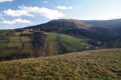 widok ze szlaku z frycowej na halę pisaną na barnowiec, gdzie wilki zagryzły owce w 1997 r.
