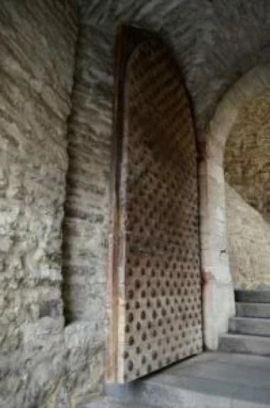 brama luhike jalg i potężne dębowe drzwi w tallinie w estonii
