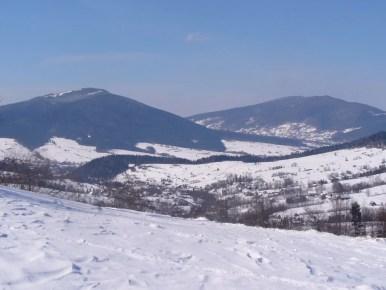widok z przełęczy rydza śmigłego na ćwilin i śnieżnicę w beskidzie wyspowym