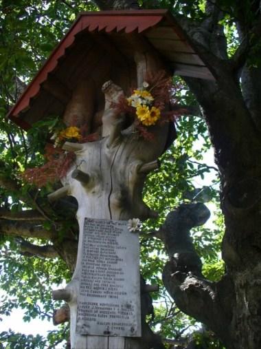 kapliczka na szczycie ćwilina w beskidzie wyspowym