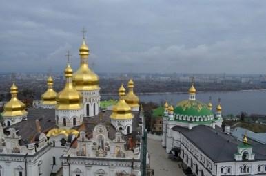 złote kopuły ławry pieczerskiej w kijowie na ukrainie
