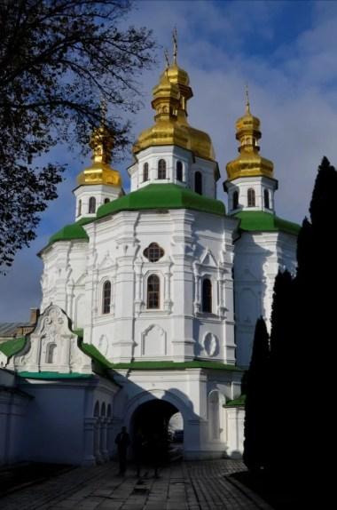 cerkiew wszystkich świętych na terenie ławry pieczerskiej w kijowie na ukrainie