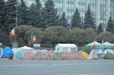 mołdawski parlament w kiszyniowie w mołdawii i miasteczko namiotowe podczas jesiennych protestów w 2015 roku