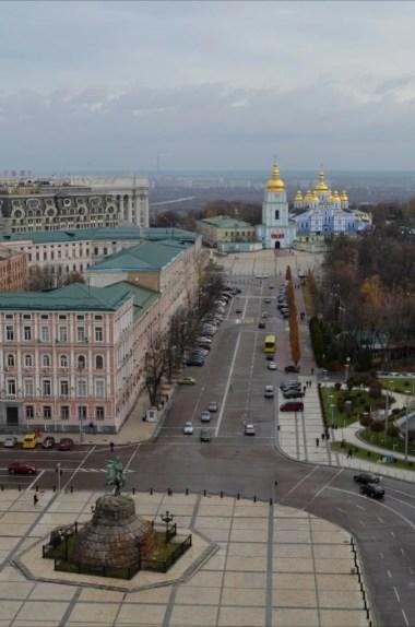 widok z wieży soboru sofijskiego w kierunku monastyru świętego michała archanioła o złotych kopułach w kijowie na ukrainie