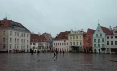 plac ratuszowy w tallinie w estonii