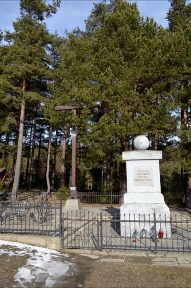 pomnik na przełęczy rydza śmigłego w beskidzie wyspowym