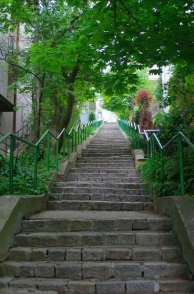 schody w drodze na wzgórze slavin w bratysławie w słowacji