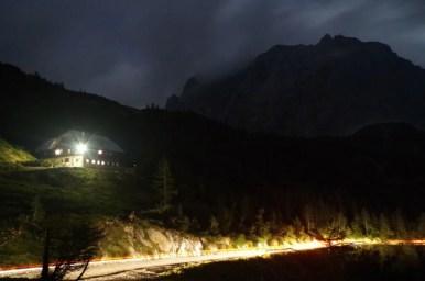 schronisko ticarjev dom na przełęczy vrsic w alpach julijskich w słowenii