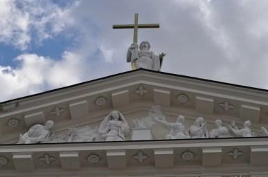 tympanon katedry świętego stanisława w wilnie na litwie