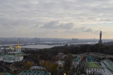 widok z wielkiej dzwonnicy ławry pieczerskiej na dniepr i kijów na ukrainie
