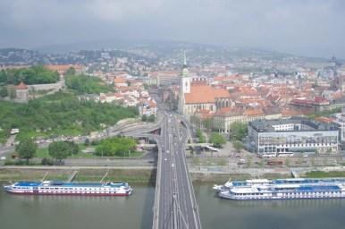 widok z platformy widokowej na moście ufo na bratysławę w słowacji