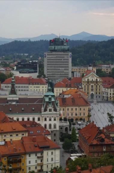 widok z zamku w ljubljanie w słowenii na miasto