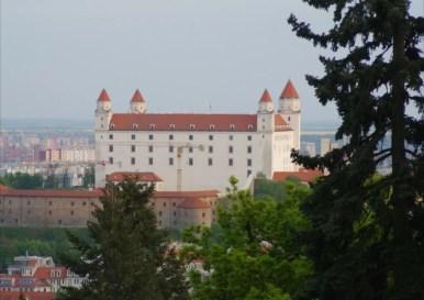 widok ze wzgórza slavin na zamek w bratysławie w słowacji