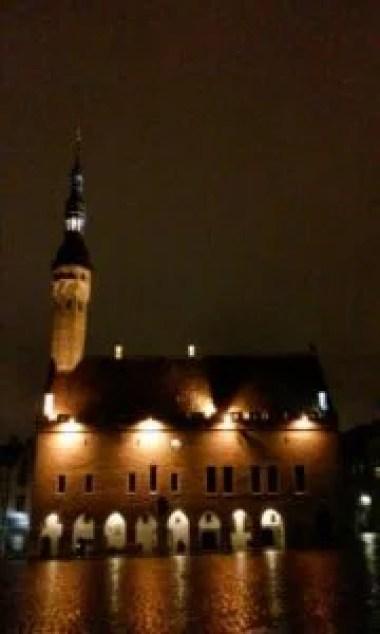 ratusz w tallinie w estonii wieczorową porą