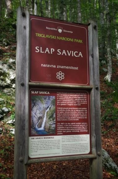 tablica przed wejściem na szlak do wodospadu savica w alpach julijskich w słowenii