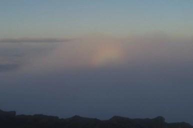 widmo brockenu podczas wschodu słońca na babiej górze