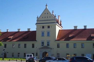 widok na fasadę główną zamku w żółkwi na roztoczu