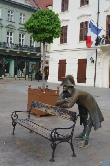 podsłuchujący żołnierz napoleoński na głównym placu bratysławy