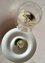 Elegancka przystawka z pastą serka przysztrojoną płatkiem trufli, z musem z bazylią, w kieliszku delikatna Malvazija, fot. Paweł Wroński