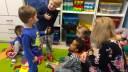 Olek (4 lata), tłumaczy Alexowi (3 lata), że to jego wąż, i mówi, że chętnie mu pożyczy, pod warunkiem, że Alex mu go potem zwróci, fot. Paweł Wroński