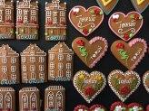 Magnesy z motywami toruńskimi w piernikowej konwencji są nader popularną pamiątką z miasta, fot. Paweł Wroński