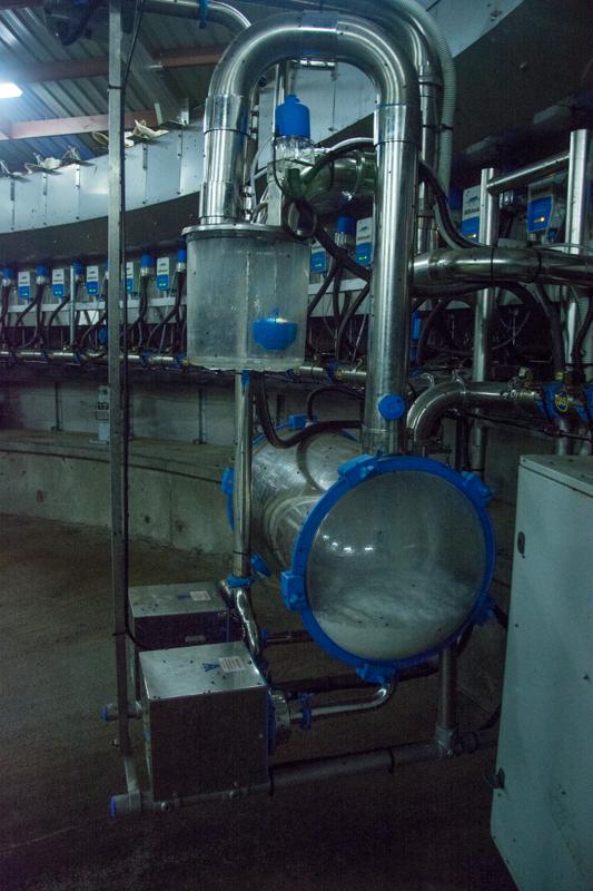 A l'intérieur de la plateforme de traite, le lait de chèvre coule à flot!  - En savoir plus : http://paysansdavenir.com/le-coin-des-innovations-chevres-au-vert/