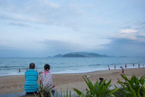 Regarder ensemble vers l'horizon de la plage de Nha Trang