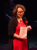 Pazza Ann stelt onze 'Kier in het rumoer' voor aan het publiek.