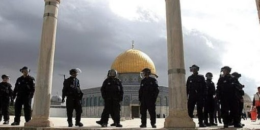الاحتلال يعتقل شابين ويمنع صائمين من الافطار قرب الاقصى