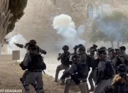 بالفيديو: يوم الاقتحام الكبير للأقصى من قبل الاحتلال، وبسالة المعتكفين بالدفاع عن باحات المسجد المبارك