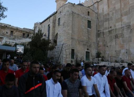 مئات المصلين يؤدون صلاة العيد في الحرم الابراهيمي