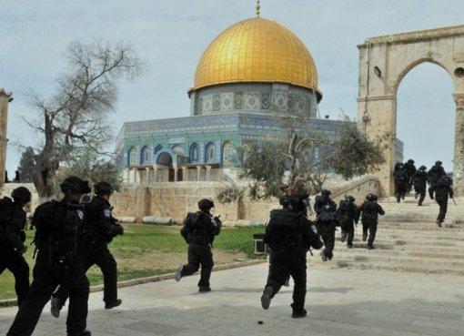 """إصابة سيدة واعتقال شابين خلال اعتداء الاحتلال على المواطنين قرب """"الأقصى"""""""