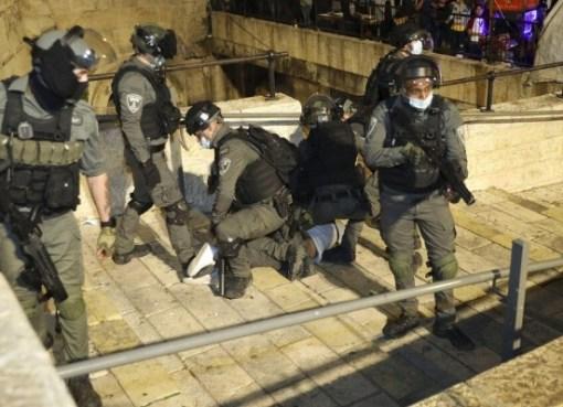 قوات الاحتلال تعتدي على شاب مقدسي برش غاز سام على وجهه