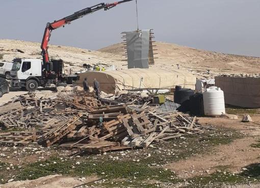 الاحتلال يهدم مسكنين ويستولي على محتويهما قرب مخماس