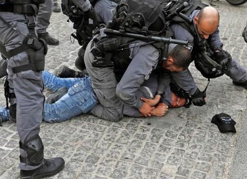الاحتلال يعتدي على مواطن في باب الخليل بالقُدس