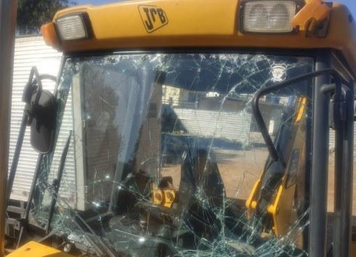 """مستوطنون يعتدون على سائق خلال عمله في شق طريق زراعي شرق يطا ويحطمون """"باجرا"""""""