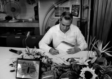 David Ravelo firma libro poesía