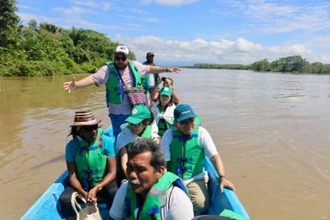 eleccion blog_190611_Aco a Credhos y delegacion Cry-Geam_Óscar Sampayo explicando los daños del derrame en el río Sogamoso