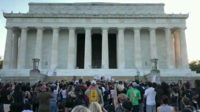Image for the Tweet beginning: 當地時間30日,美國近千名抗議者在華盛頓國家廣場、白宮等區域舉行示威遊行,抗議明尼蘇達州非裔男子喬治·弗洛伊德遭暴力執法死亡事件。這是美國首都連續第二天暴發反種族歧視抗議活動,規模相比前一天更大。