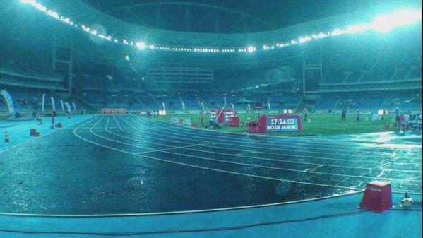imagem na noite chuvosa do evento teste paralímpico no Engenhão Rio 2016