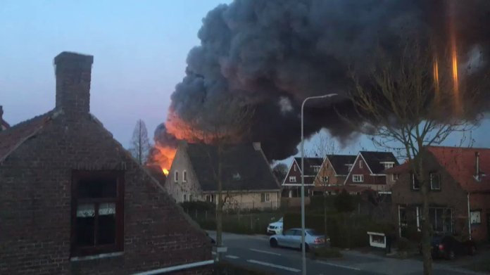 Luchtalarm in Zeeland om zeer grote brand in stapel fruitkisten