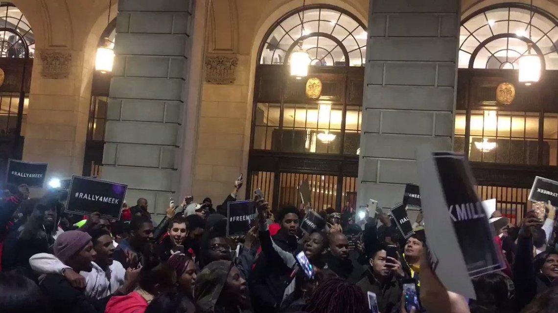 XUcQKXSgUfd26IAZ Rick Ross & Fans Rally For Meek Mill In Philadelphia