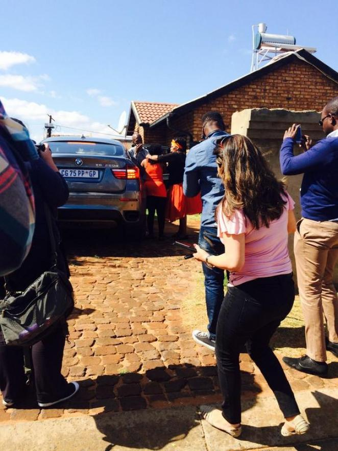 "Pearl Magubane on Twitter: ""Kelly Khumalo has returned to the house where  the late soccer star Senzo Mayiwa was shot #sabcnews http://t.co/oV4HajdNoz"""