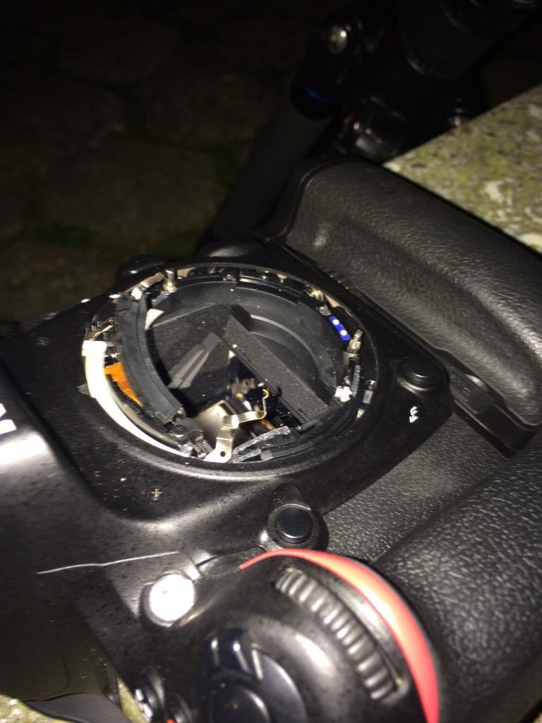 De schade aan de Nikon D610 na een val van het statief. Het objectief is voor altijd in het slik verdwenen