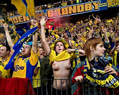 BUSVR2mCcAINN36 The Brøndby fan who takes her shirt off every time her team wins [Interview & new pic, NSFW]